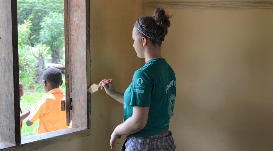 Una joven voluntaria ayudando a renovar una escuela en su voluntariado para jóvenes en Ghana.